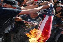 Photo of معترضان پرچم آمریکا را در مقابل کاخ سفید به آتش کشیدند